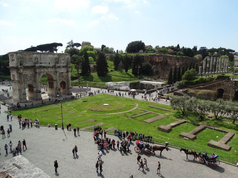 links Triumphbogen des Konstantin und im Hintergrund der Palatin