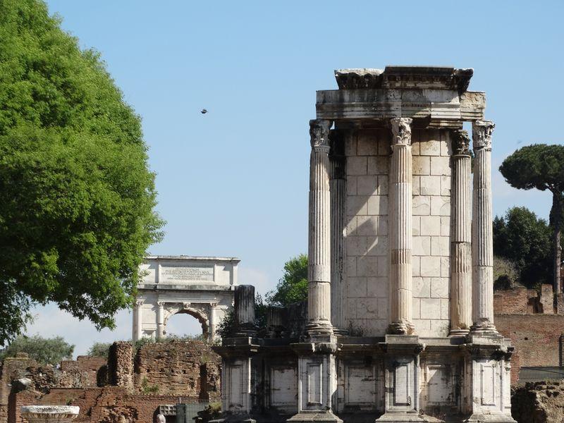 Vestatempel mit Titusbogen im Hintergrund
