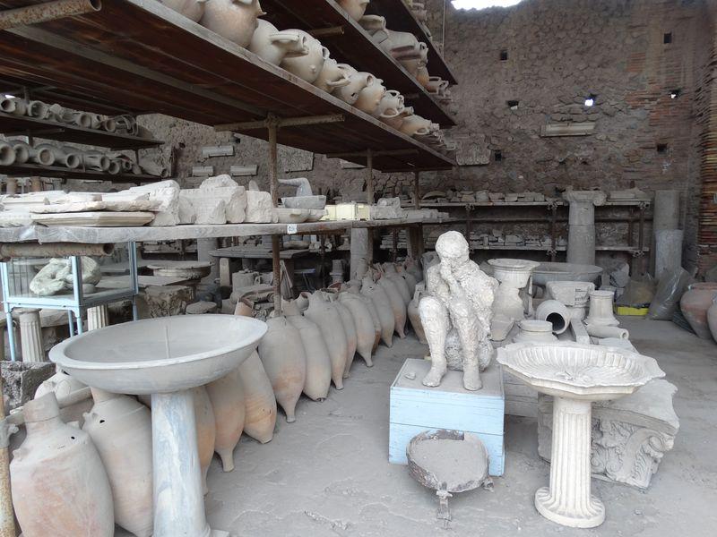 Lagerstelle mit Tongefäßen und dem Abguss eines verschütteten Pompejaners