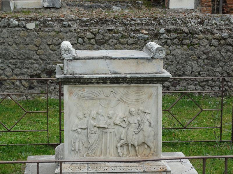 Altar mit Opferszene aus dem Tempel für den Genius (Schutzgeist) des Kaisers Vespasian