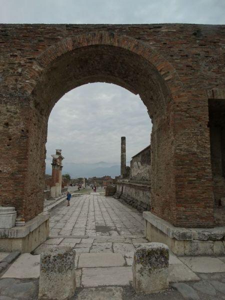 Ein Blick durch den Arco Onorario (Triumpfbogen) zum Forum