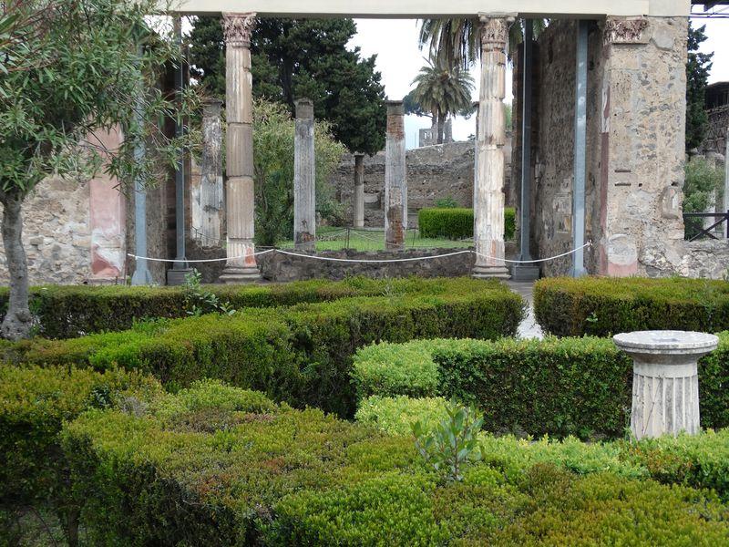 Haus des Faun - Garten mit Exedra von korinthischen Säulen umrahmt