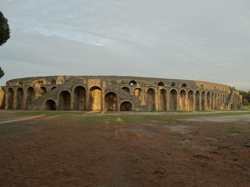 Aussenansicht des abendlichen Amphitheaters