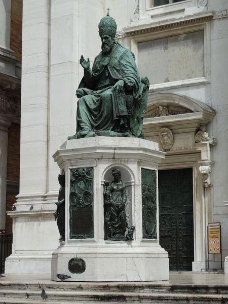 Auf der Freitreppe vor der Basilika erhält man den Segen von Papst Sixtus V.