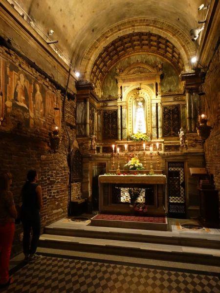 Innenraum des Santa Casa mit der Schwarzen Madonna in der Altarnische