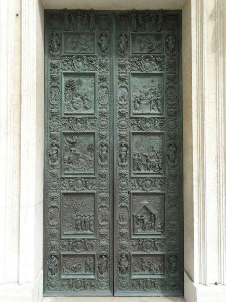Die Bronzeportale stammen aus der Recanatischen Bildhauerschule (1590 - 1610)