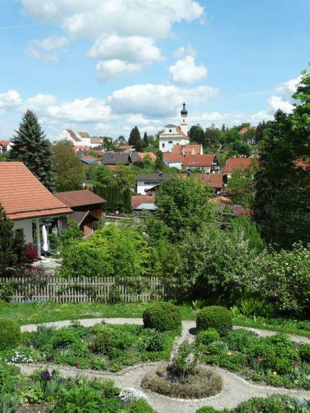 Blick aus dem Fenster über garten und Murnau