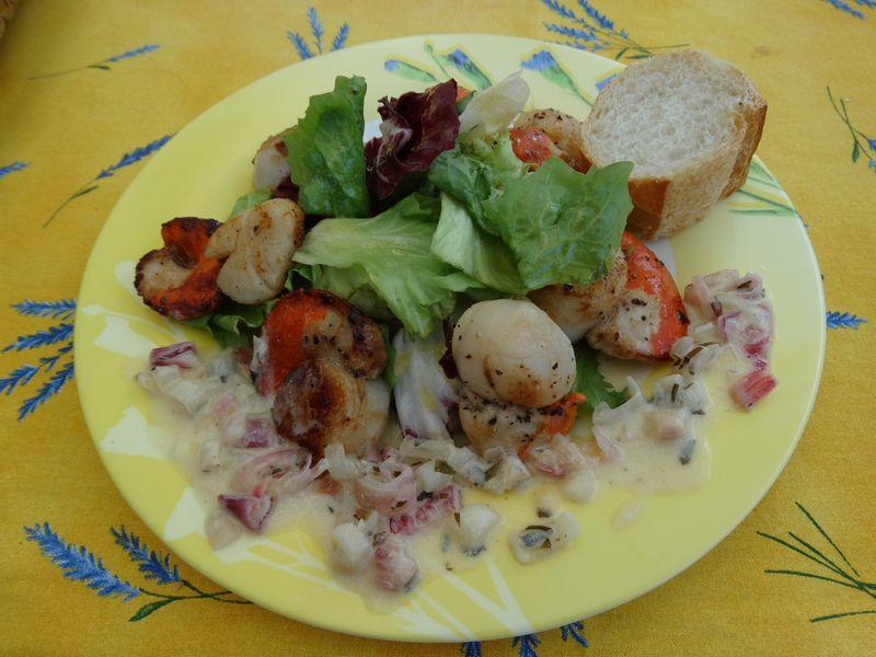 Coquilles St.-Jacques (Jakobsmuscheln) mit gemischtem Salat an einem Echalotten-Wein-Schaum