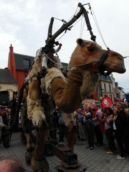 Das hölzerne Kamel des Bombay Circus de Soleil