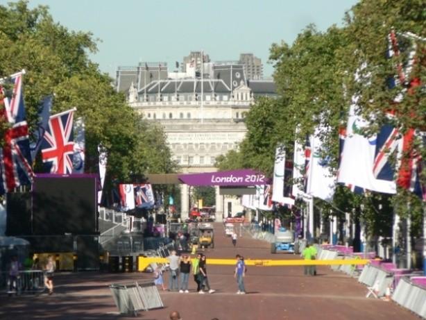 Alles wird für den Paralympics-Marathon gerüstet.