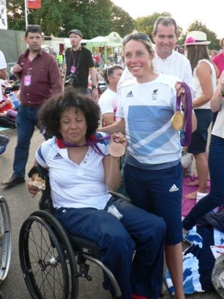 Auch englische Medaillengewinnerinnen der Paralympics machen Party.
