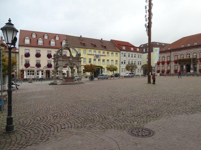 Marktplatz mit Marktbrunnen von 1541