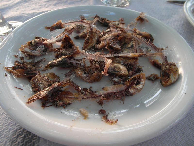 Überreste von gegrillten Sardinen