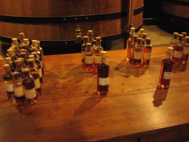 Ein Hennessy Cognac wird aus ca. zwanzig Destillaten unterschiedlicher Weinlagen gemischt, so dass er immer ein gleichschmeckendes Endprodukt ergibt.