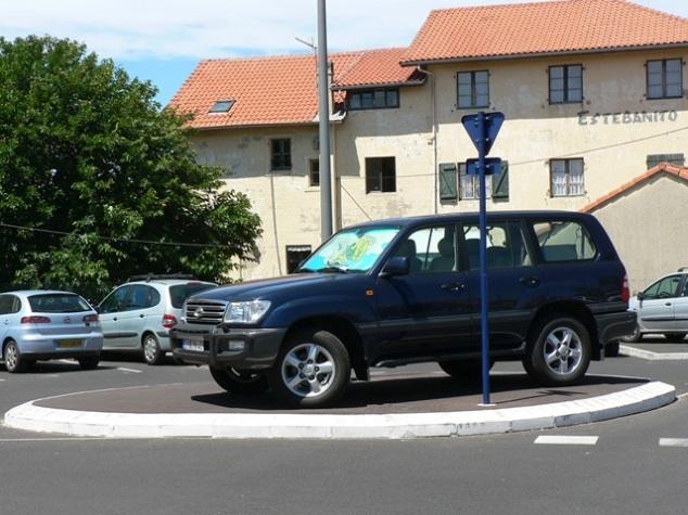 Jeder sich bietende Platz wird zum Parken genutzt.