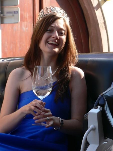 Es gibt auch ein strahlendes Lachen der Weinkönigin.