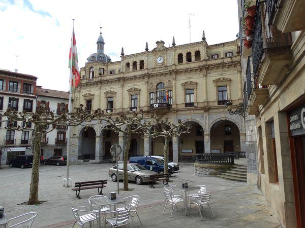 auf sieben Bogen ruhendes Rathaus (der siebte ist versteckt)