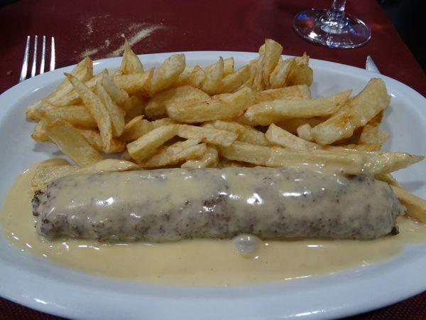Flamenquin (ein gerolltes Schnitzel mit Käsesoße)