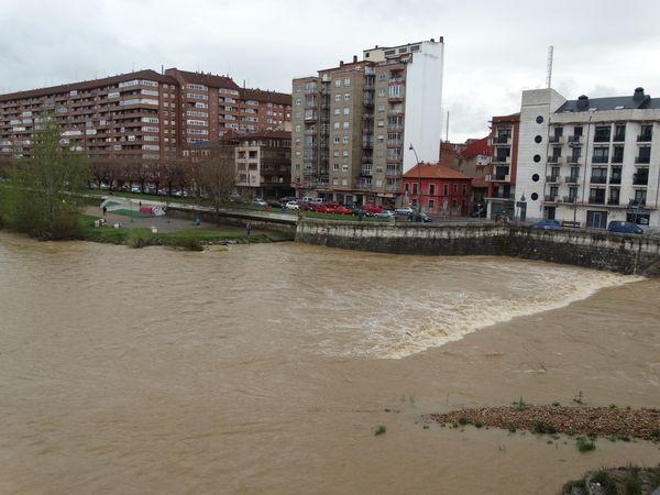 Die braune Hochwasser-Brühe schießt vorbei.
