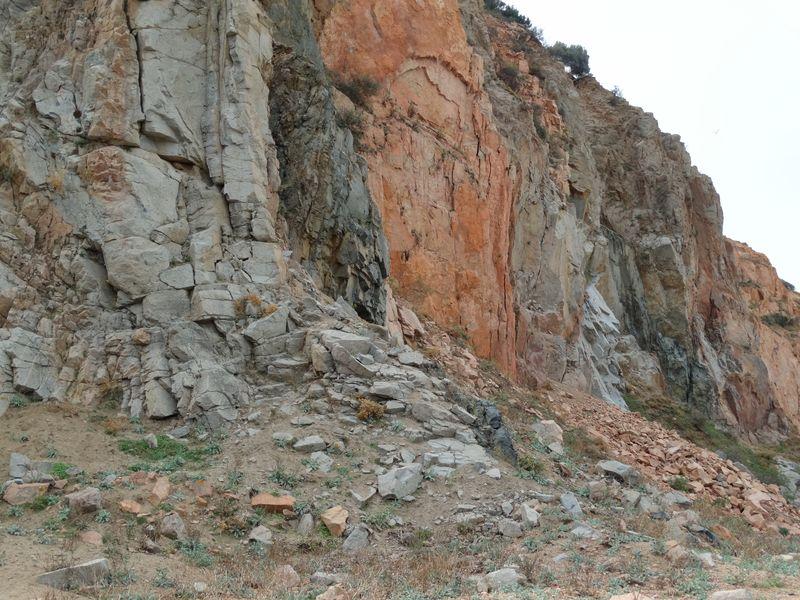 Beeindruckend sind die vielen unterschiedlichen Gesteinsschichten.